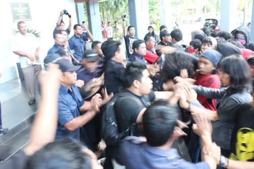 Aksi represi menanggapi demonstrasi AMUK