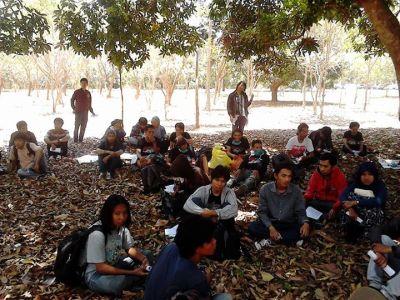 Peserta aksi jalan kaki pemuda pandang raya saat berada di kampus Unhas dan berhenti istirahat  makan siang