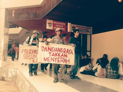 Aksi  jalan kaki pemuda pandang raya saat berkeliling kampus unhas dan membagi2kan selebaran