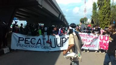 Massa PECAT UU-PT berjalan menuju DPRD Provinsi