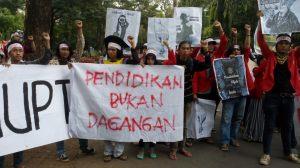 Aksi mahasiswa Unhas dari Aliansi PECAT UU-PT yang menolak komersialiasasi pendidikan yang salah satunya berawal dari UU-PT